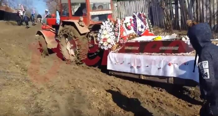 VIDEO / Mortul dus la groapă cu tractorul a rămas împotmolit în noroi. Se întâmplă în Vaslui