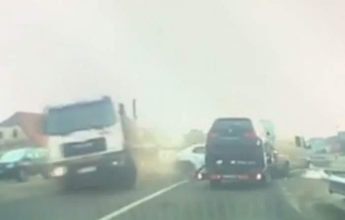 Video şocant! O basculantă a intrat în plin într-un autoturism lovit din spate, în Bistriţa