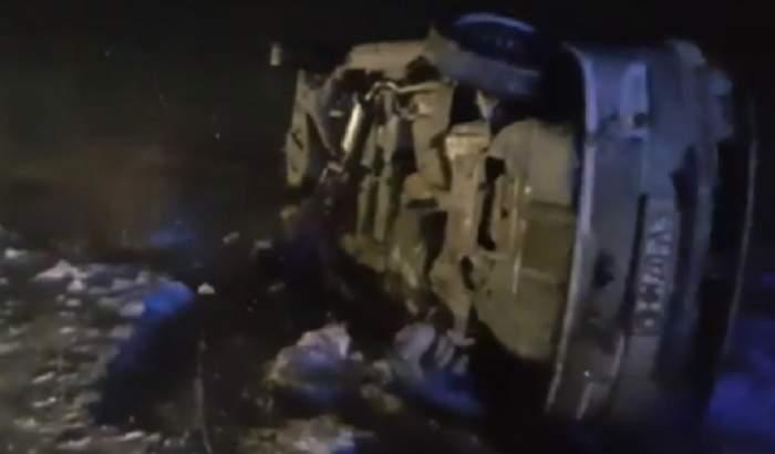 Microbuz cu 9 persoane, răsturnat la Braşov! Mai multe echipaje intervin