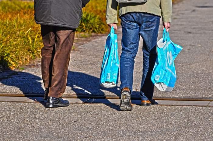 Incredibil! Pedeapsa primită de o femeie care își pune cumpărăturile în sacoșe prea încet
