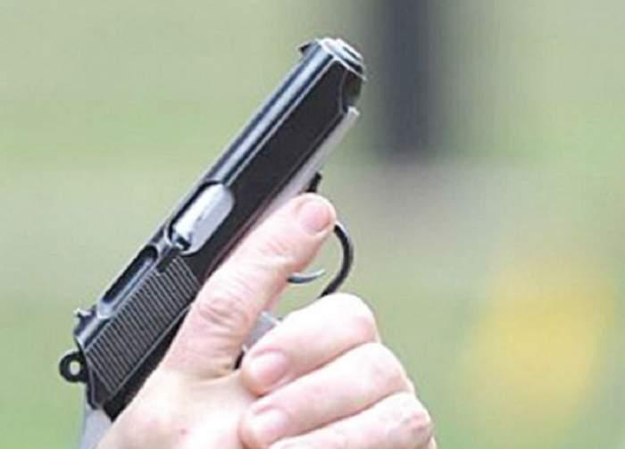 Un băieţel de 4 anişori şi-a împuşcat mama gravidă în faţă! Arma era a tatălui copilului