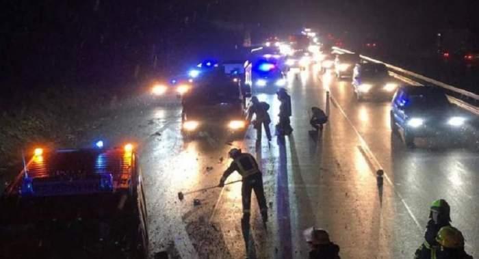 Morți de beți, doi români sprijiniți pe mașina lovită de copac au spus unul despre altul că celălalt era la volan