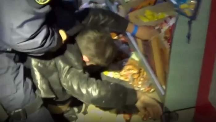 VIDEO / Mort de beat, un hoț din Slatina a spart un magazin și s-a ascuns în raftul cu pufuleți
