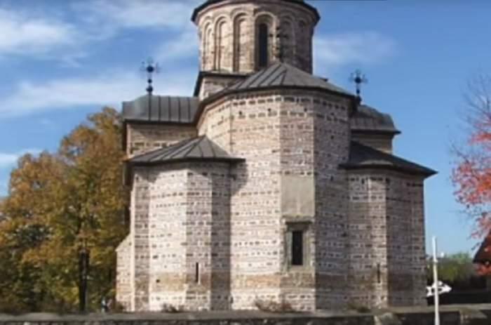 Cadavrul unei femei a fost găsit în canalul Mănăstirii Curtea de Argeş, în urmă cu puţin timp