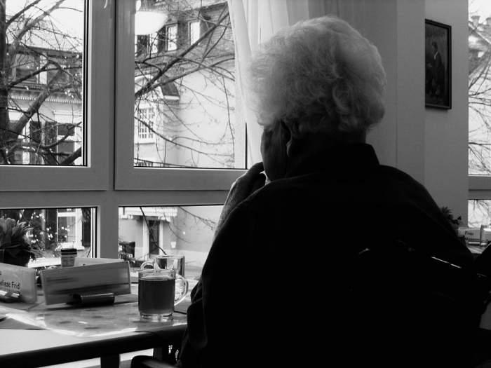 10. A batjocorit o bătrână de 90 de ani, în propria-i casă! Tânărul a fost surprins de autorităţi exact în momentul respectiv