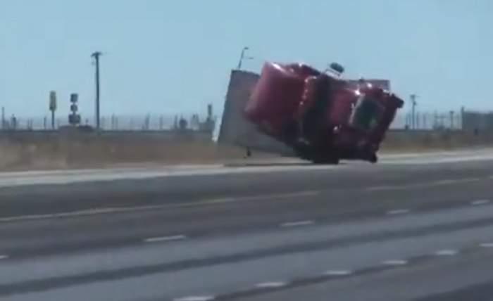 Imagini spectaculoase în Texas! Un TIR a fost aruncat de pe autostradă de vântul puternic. VIDEO