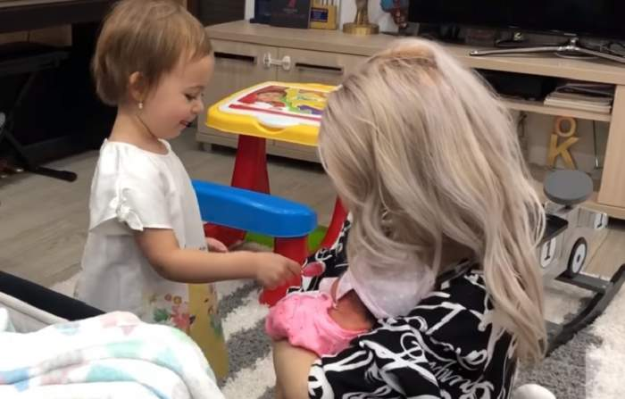"""Fata cea mare a Andreei Bălan, reacție de milioane când și-a cunoscut surioara: """"Îți place bebelușul?"""" VIDEO"""
