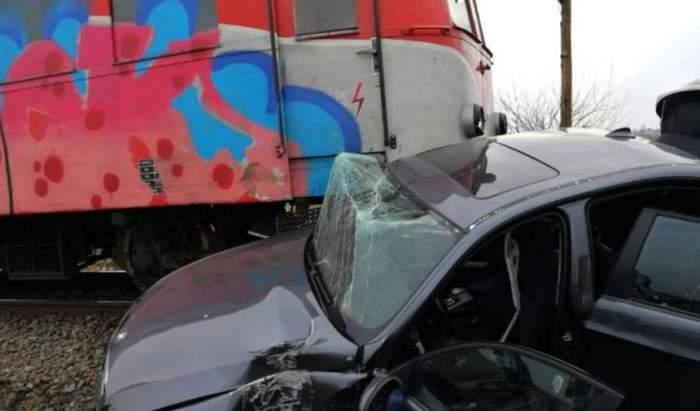 Un bărbat a murit pe loc în această dimineaţă, după ce maşina sa a fost lovită de tren. Şoferul a forţat trecerea în ultima clipă