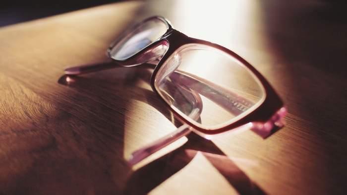 Bărbat de 37 de ani, condamnat la închisoare pentru că nu purta ochelari de vedere
