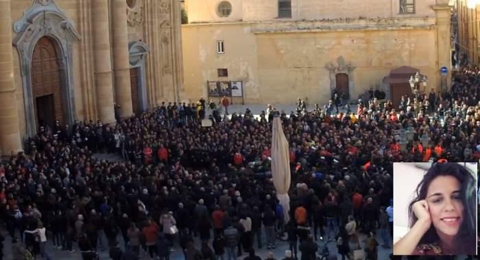 Imagini sfâşietoare de la înmormântarea Nicoletei, românca ucisă cu sânge rece în Italia, apoi incendiată / VIDEO