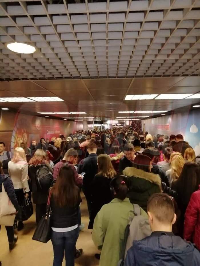 Cozi interminabile la metroul din București, din cauza unui blocaj al magistralei M2. FOTO