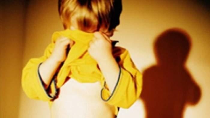 Băieţi cu vârste cuprinse între 6 şi 15 ani, obligaţi să întreţină relaţii intime, live, pe internet