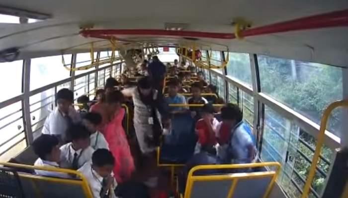 Accident halucinant, după ce un autobuz plin cu copii a fost lovit în plin de un autoturism. Bilanțul victimelor este tragic!