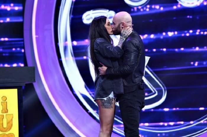 """Mihai Bendeac și Roxana Vancea s-au sărutat pasional, pe scena """"iUmor"""": """"Dragostea este încă în aer!"""". VIDEO"""