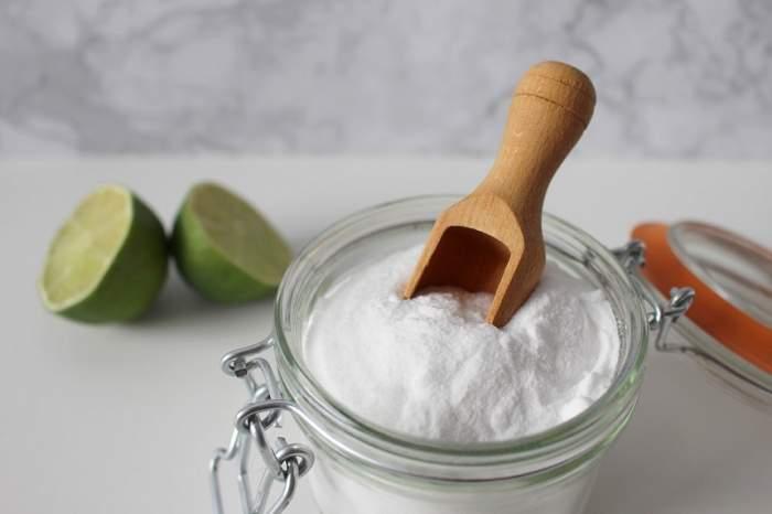 Bicarbonatul de sodiu albește hainele! Tot ce trebuie să știi despre curățarea petelor