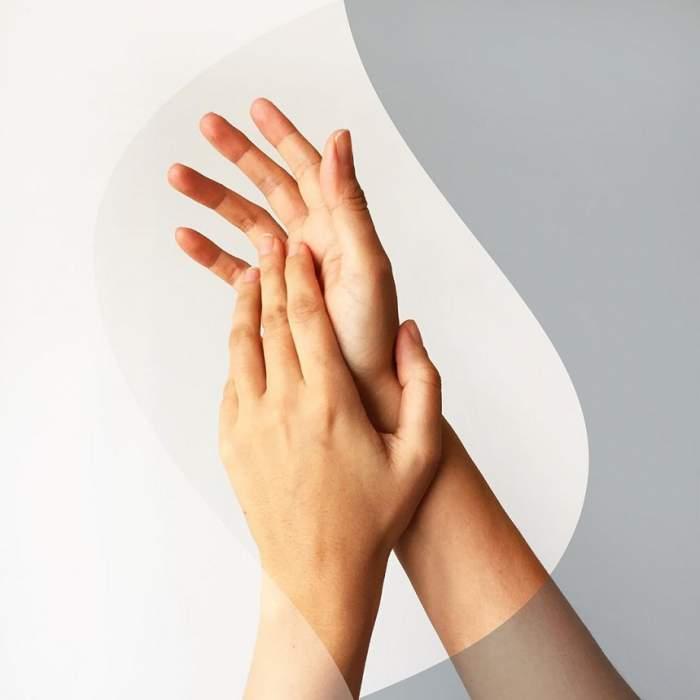 Piele uscată şi crăpată? Cele mai bune soluţii sunt în mâinile tale