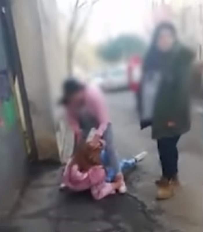 Elevă din Constanţa snopită în bătaie de o colegă! Care a fost motivul / VIDEO