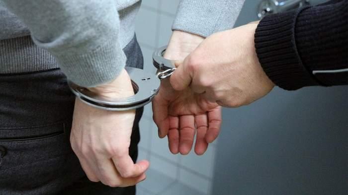 Un braşovean a fost arestat după ce şi-a bătut cu sălbăticie patru copii, iar unuia dintre ei i-a băgat mâna în soba încinsă