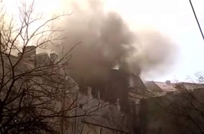 Incendiu puternic în centrul Capitalei. Un imobil întreg este cuprins de flăcări. VIDEO