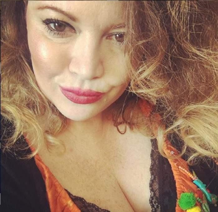FOTO / Oana Lis, în cea mai deocheată ipostază! Blondina și-a scos sânii la înaintare, într-un decolteu adânc