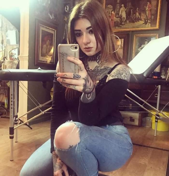 Așa arată tânăra care și-a tatuat chipul, așa încât să nu o angajaze nimeni FOTO