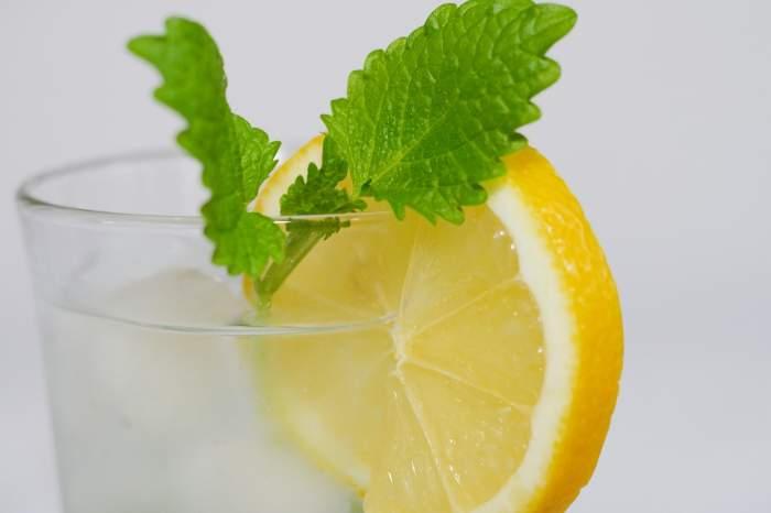 Apa cu lămâie, izvor de sănătate! Ce afecțiuni pe care le tratează
