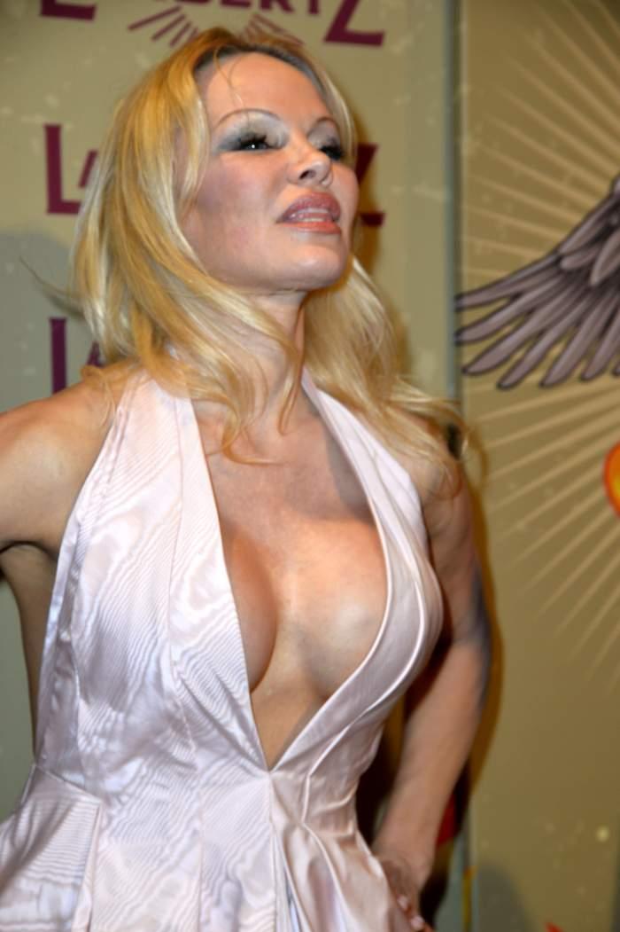 Pamela Anderson, fără extensii și într-o ținută de bunicuță. Cum arată bomba sexy la cea mai recentă apariție. FOTO