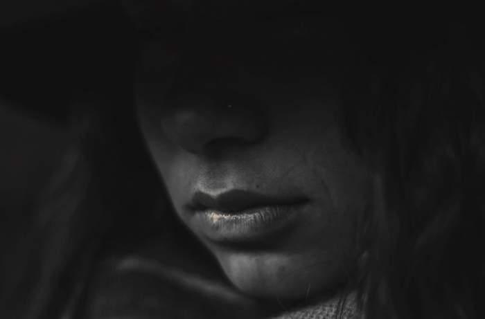 Caz revoltător în Rovinari! Tânără de 20 de ani, violată de doi bărbaţi care au luat-o la ocazie