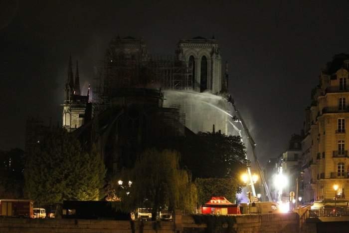 """""""Oamenii stăteau ca la priveghi"""". Parizienii, distruși de durere după ce un incendiu a mistuit Catedrala Notre-Dame"""