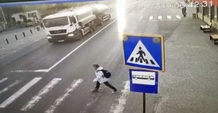 O fetiţă a fost spulberată pe trecerea de pietoni, în Bistriţa. Imagini dramatice / VIDEO