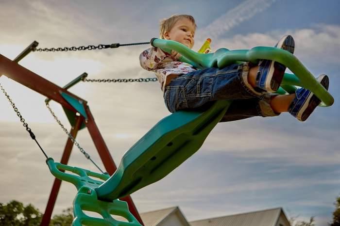 Atac cu acid la un loc de joacă! Un băieţel de doi ani a ajuns la spital, după urlete de durere