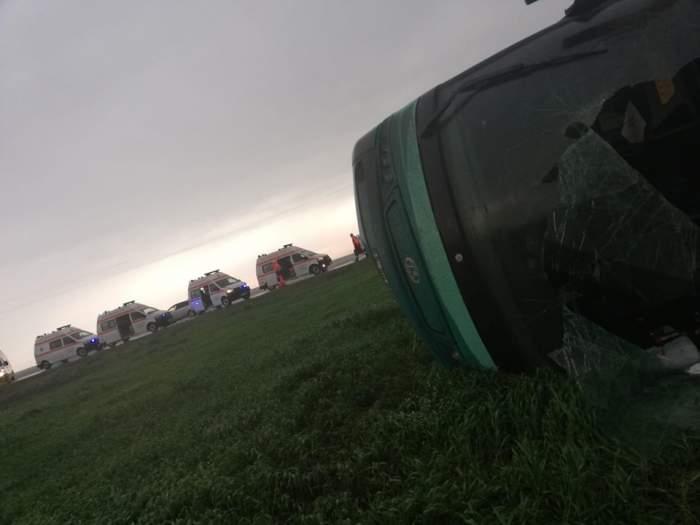 Autocar răsturnat de tornadă, în Călărași. S-a activat Planul Roșu de intervenție