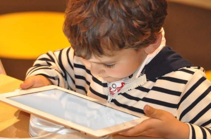 Moduri prin care ecranele telefoanelor afectează copiii. Îi face mai leneși și cu toane