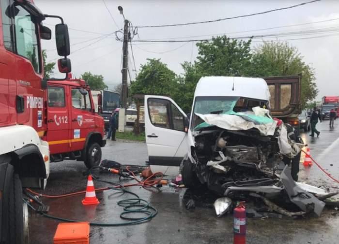 Accident grav în Beclean, vineri dimineaţă! Un microbuz şi un autocamion s-au ciocnit puternic