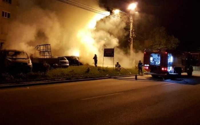 Un bărbat a incendiat mai multe mașini în toiul nopții, la Argeș! Localnicii s-au temut că focul le va distruge casele