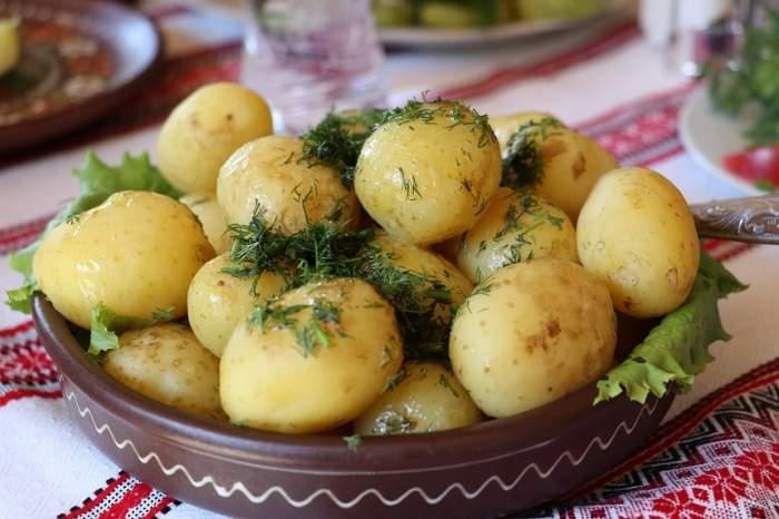 Retețe simple pentru prânz: Cartofi noi cu mărar, la cuptor