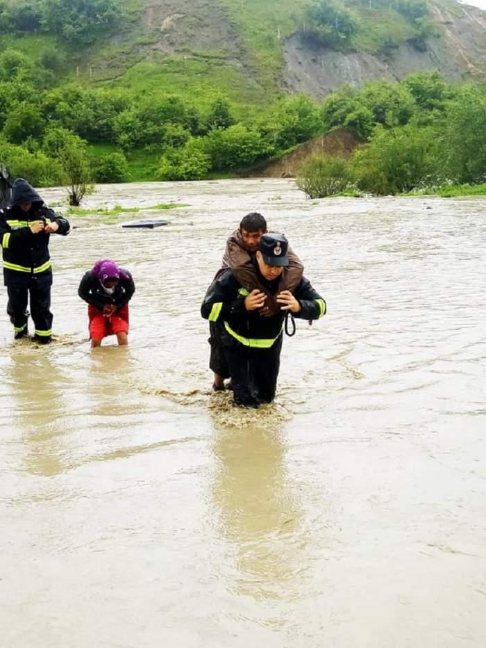 Imagini ale potopului din Bistriţa-Năsăud! Localnicii sunt evacuaţi cu ajutorul pompierilor