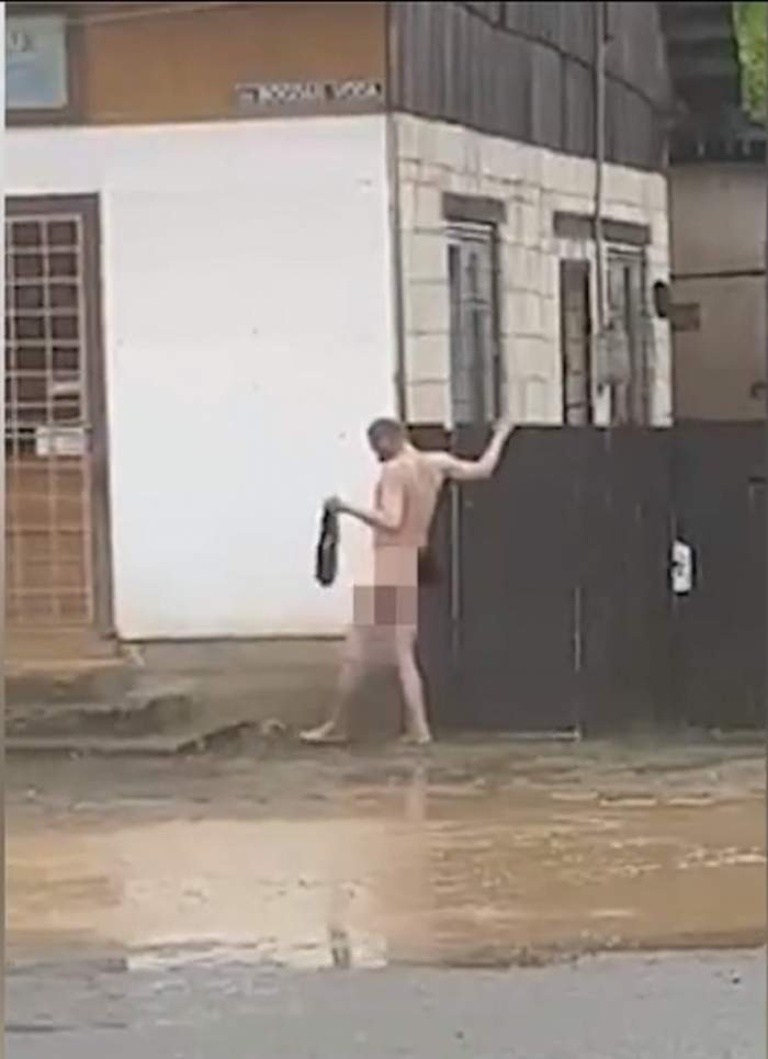 Un bărbat se spală, gol-puşcă, direct în Drumul Naţional 18! S-a ajutat de viitură
