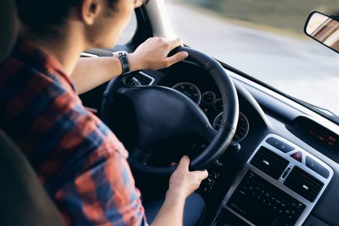 Doi tineri din aceeaşi localitate, prinşi conducând fără permis!