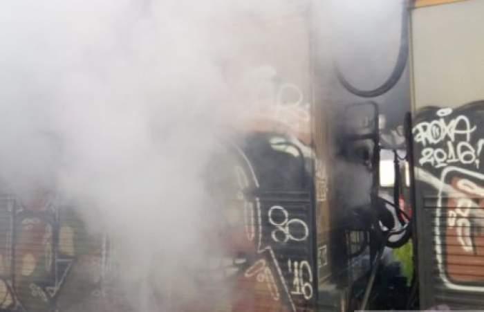 Incendiu puternic într-un vagon al unui tren aflat într-un vagon din Brașov. Pompierii au intervenit de urgență