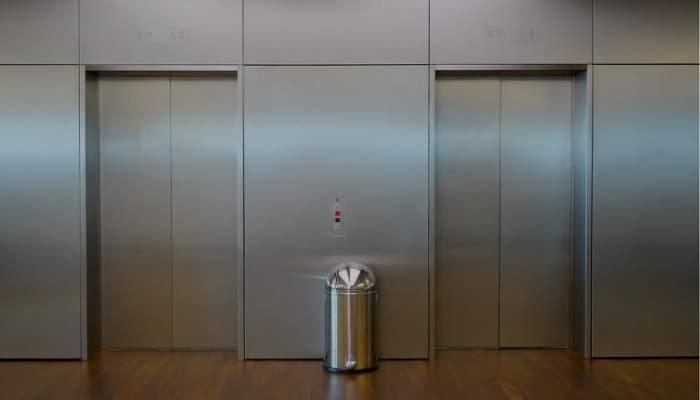"""O femeie a murit decapitată într-un lift, din cauza căştilor. """"Trupul ei a fost dus până la etajul 3, dar fără cap"""""""
