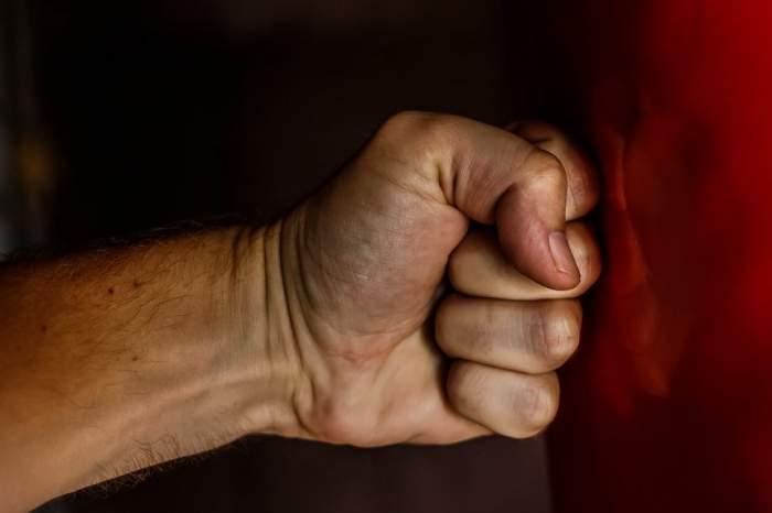 Un bărbat din Cluj a intrat în casă peste fratele său şi l-a snopit în bătaie! Ce l-a determinat să reacţioneze aşa