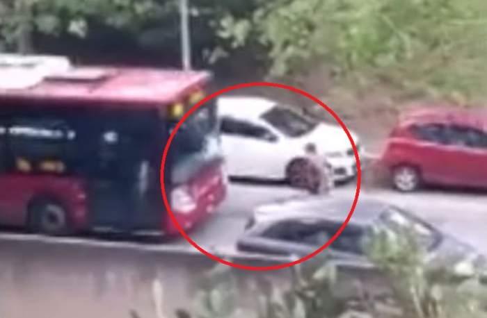 Pieton lovit intenţionat de un şofer de autobuz. Imagini dramatice