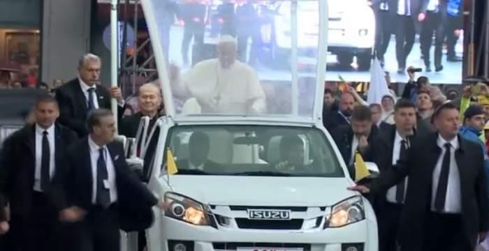 Papa Francisc se îndreaptă către Piața Ateneului