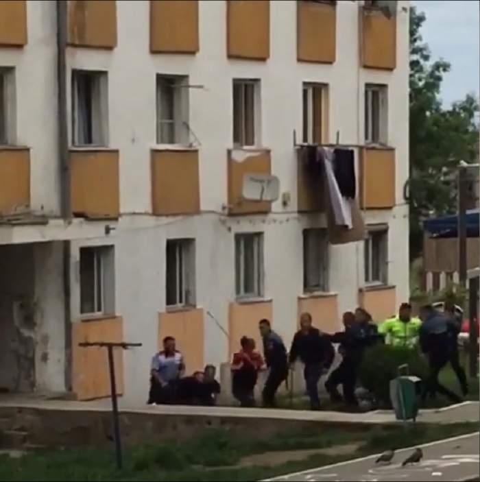 IMAGINI HALUCINANTE! Bătăuşii hunedoreni au lovit poliţiştii cu tot ce le-a picat la mână