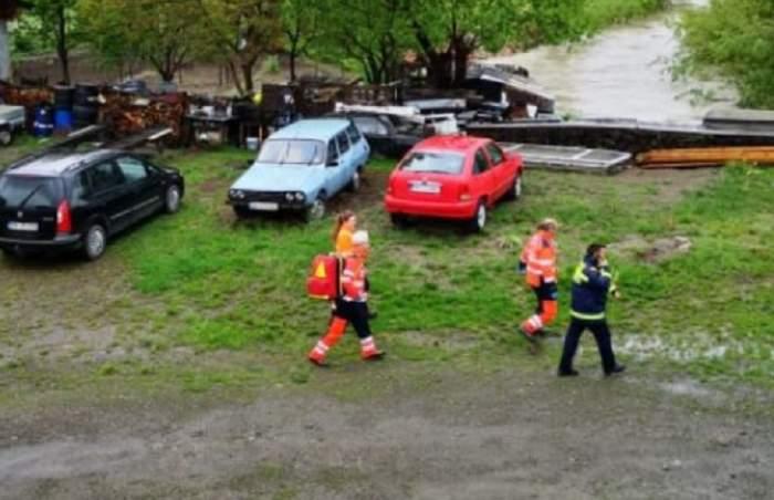 Un copil de 4 ani a căzut în apă și dus în râul din Bistrița. E căutat de zeci de persoane