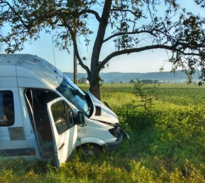 Microbuz implicat într-un accident grav, în această dimineaţă, în Hunedoara. Şoferului i s-a făcut rău la volan
