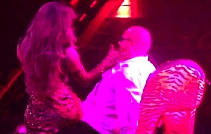 Jennifer Lopez, show incendiar la 49 de ani! I-a dansat în poală unui fan norocos, chiar pe scenă. VIDEO
