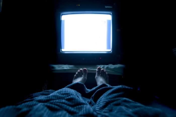 Adormi cu televizorul aprins sau alte lumini? Anunţul cercetătorilor te poate face să te răzgândeşti