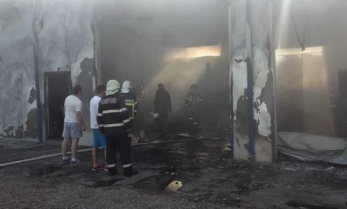 Incendiu puternic la o hală din Adjud! 9 mașini au fost distruse